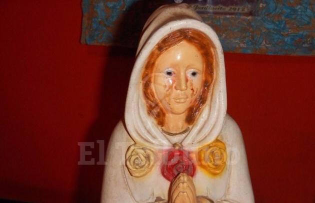Una imagen de la Virgen de la Rosa Mística parece llorar lágrimas de sangre.