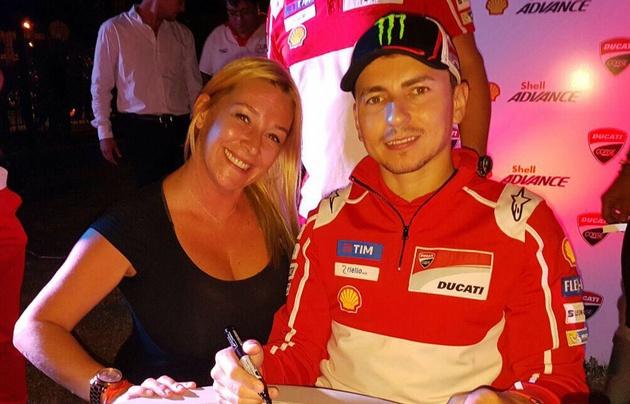 Celeste Benecchi junto al piloto Jorge Lorenzo.