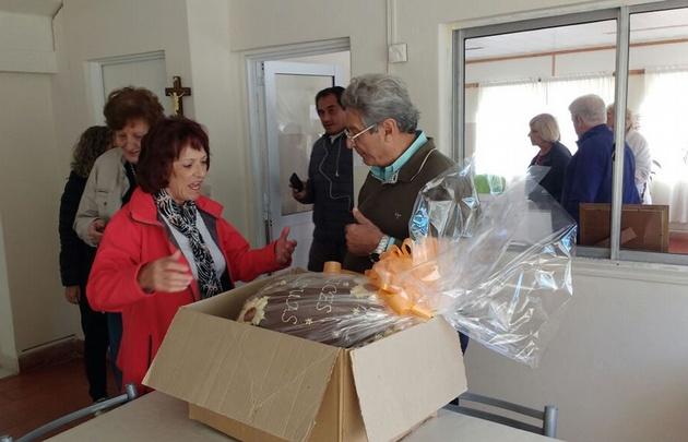 Juan Manuel Ferrari, dueño de Capilla Vieja, entregó los huevos de pascua.