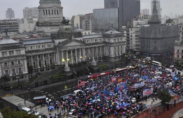 Tensión por una manifestación docente frente al Congreso.