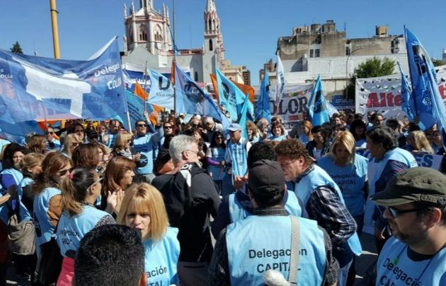 Un grupo de docentes protestó el lunes frente al Centro Cívico.