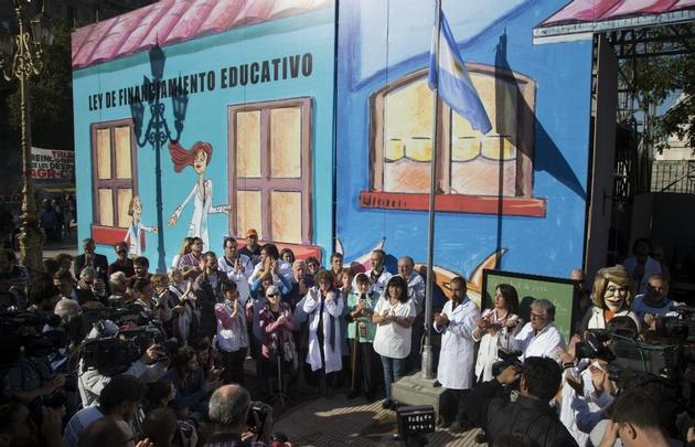 La escuela itinerante había sido montada frente al Congreso.