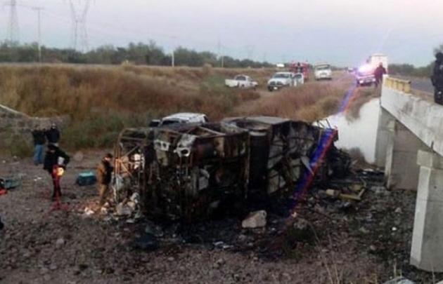 Más de 20 muertos por un choque de un colectivo y un camión en México.