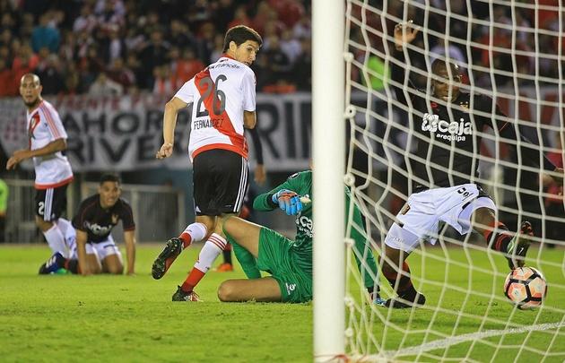 Con un golazo de taco, Nacho Fernández puso el empate parcial para River.