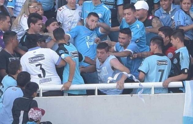 Emanuel Balbo era golpeado minutos antes de caer desde la tribuna.