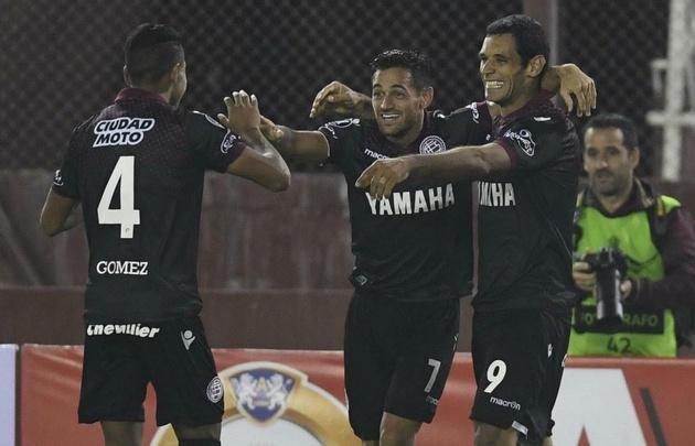 Gómez, Acosta y Sand celebran uno de los goles del triunfo de Lanús.