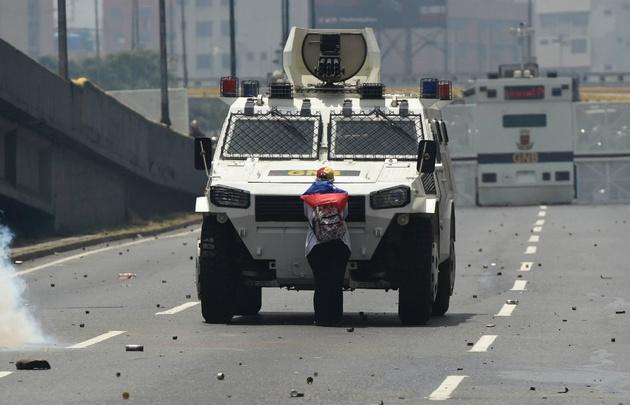 La imagen de una mujer enfrentando a una tanqueta da vuelta el mundo.