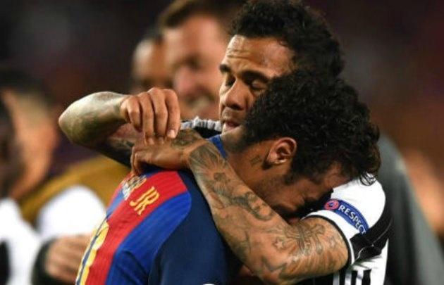 Neymar, consolado por su compatriota Dani Alves tras la eliminación de Barcelona.
