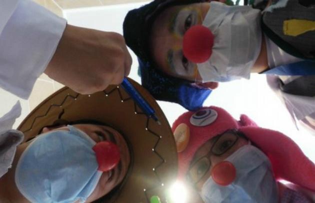 "Pinika es integrante del grupo de ""payamédicos"" Clowntagiosos de Chile."