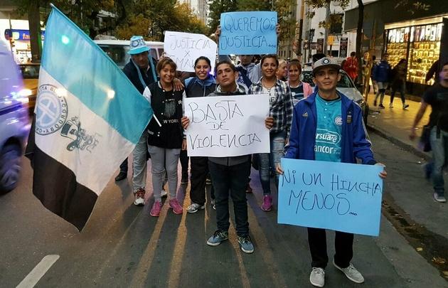 Amigos y familiares del hincha caminaron por las calles de Córdoba.