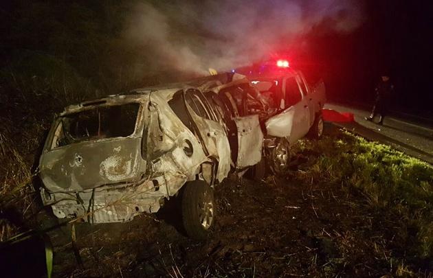 El Fiat Palio se incendió tras el violento impacto.