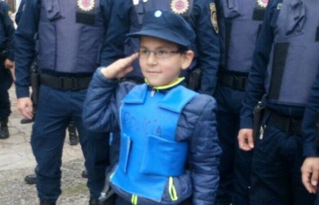 El niño podrá volver a la escuela gracias a la solidaridad de los policías