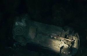 El auto desbarrancado (Foto @dronmardelplata)