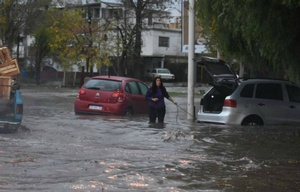 El agua invadió las calles de Mendoza.