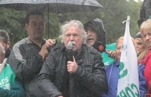 Daniele al hablar ante la asamblea bajo la lluvia.