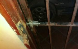 Los delincuentes violentaron también una puerta de reja.