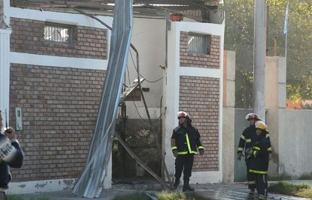 Bomberos trabajan en el taller siniestrado (Foto: Gentileza Diario de Cuyo)