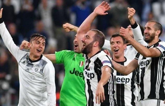 Con Dybala e Higuaín, los jugadores de Juventus celebran el pase a la final.
