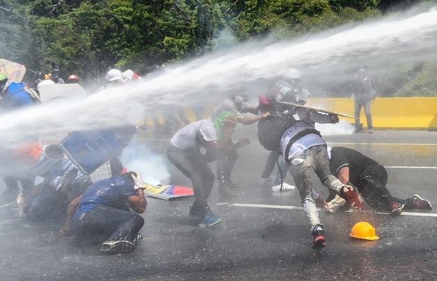 Nuevos y fuertes choques entre opositores a Maduro y la Policía en Caracas.