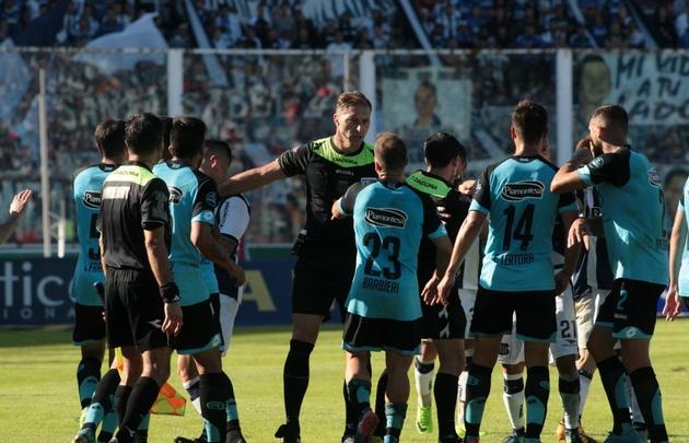 Los jugadores de Belgrano se abalanzaron sobre Pitana tras su decisión.