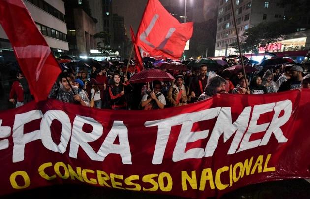 Manifestantes piden la renuncia de Temer en las calles de San Pablo.