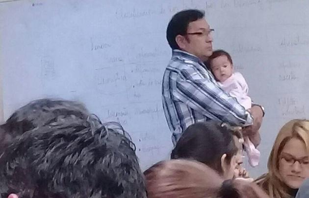 Cristian Mendoza cuidó a la beba de su alumna