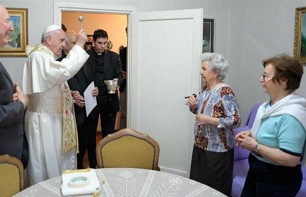 Francisco sorprendió con un ''timbreo'' en las afueras de Roma.