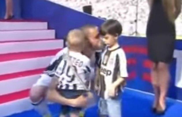Lorenzo Bonucci, con cara de pocos amigos por usar la camiseta de Juventus.