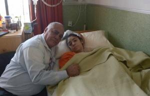 Berenice Conte con su papá, hoy tras la cirugía de implantes (Foto: La Capital)