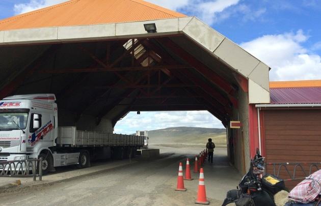 Paro aduanero complica el tránsito hacia Chile por Mendoza y Tierra del Fuego.