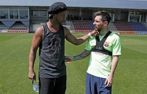 Ronaldinho y Messi, charlando en la práctica de Barcelona.