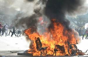 """Los manifestantes chocan con la policía durante la protesta """"Ocupar Brasilia""""."""