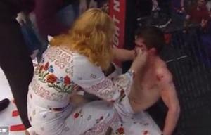 La madre de un luchador de MMA lo abofeteó tras perder una pelea.