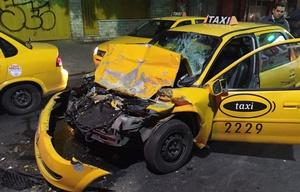 Espectacular choque entre un taxi y un colectivo en Córdoba.