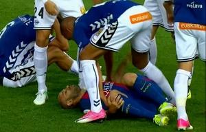 Mascherano debió ser reemplazado tras el fuerte choque.