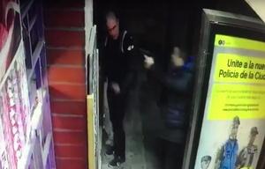 El bombero es sorprendido de atrás por los ladrones.