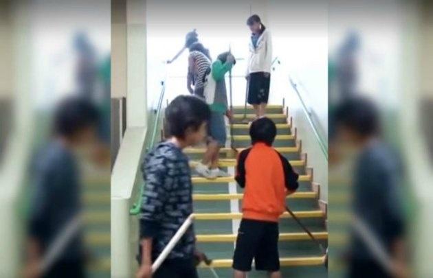 En el video que subió el presidente se ve a los niños haciendo tareas de limpieza.