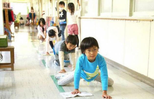 Los niños en Japón limpian en equipo las instituciones.