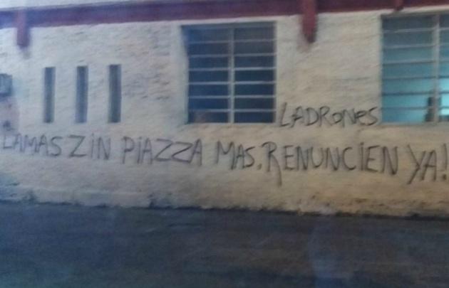 Los grafitis le apuntan a la dirigencia.