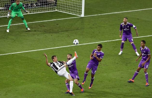 Mandzukic marcó un espectacular gol en Cardiff.