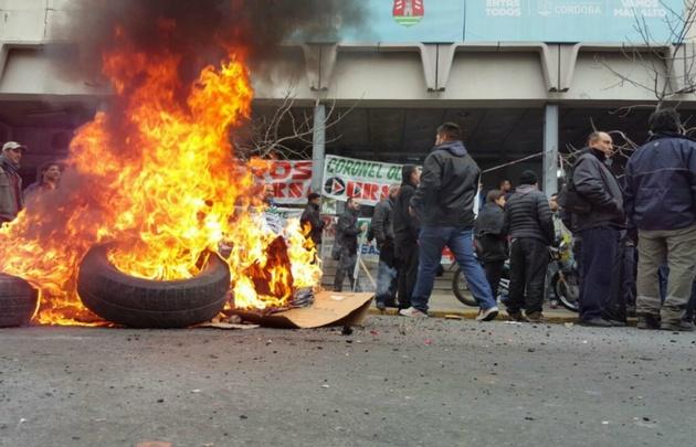 Los trabajadores provocaron incidentes ayer afuera del Ministerio de Trabajo.