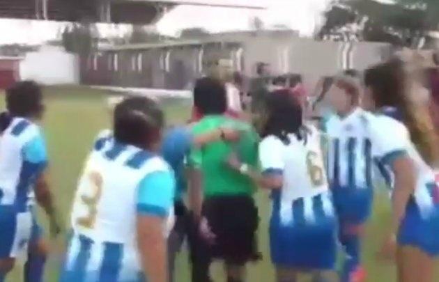 El incidente ocurrió en un partido de fútbol femenino en Jujuy (Foto: Captura)