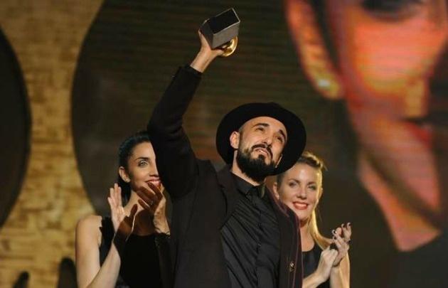 Abel Pintos, alzando su tercer Gardel de Oro.
