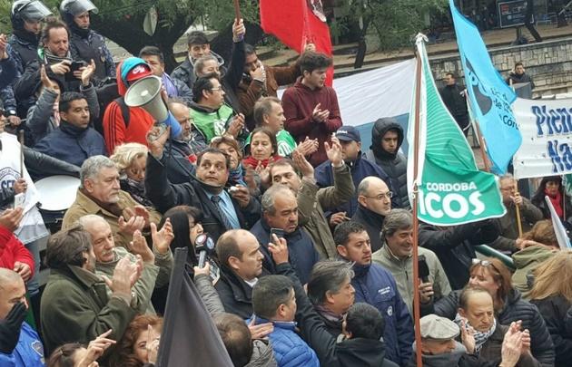 Gremios de la CGT marcha a la Municipalidad.