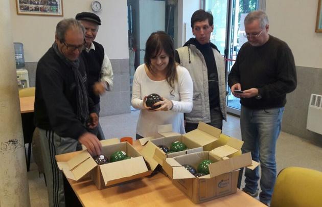 Los jubilados felices al recibir la donación.