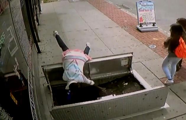 Por ver su celular cayó a un pozo.