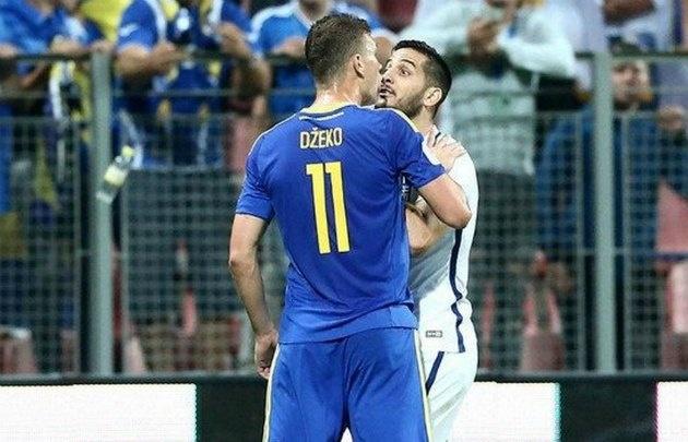 Los futbolistas empezaron a empujarse y todo terminó en una batalla campal.