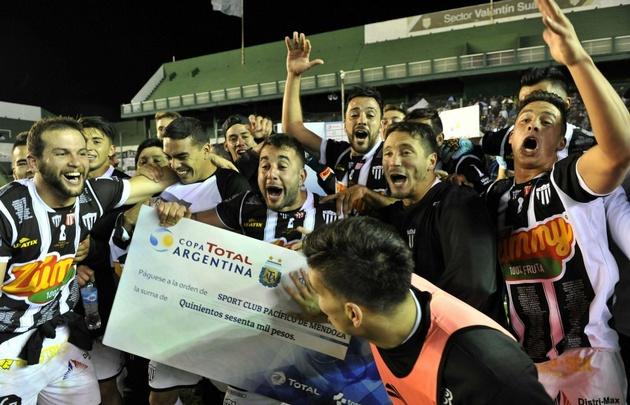 Pacífico de Mendoza logró un histórico triunfo sobre Estudiantes de La Plata.