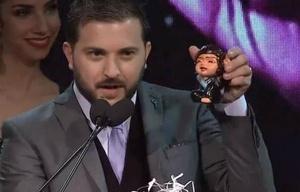 Brancatelli tomó el micrófono en la premiación y sacó una estatuita de Cristina.
