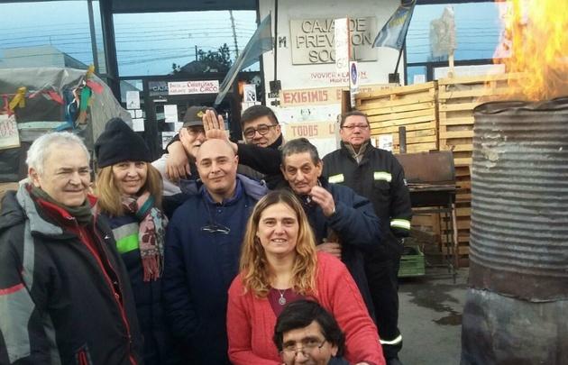 En medio del frío jubilados protestan en Santa Cruz